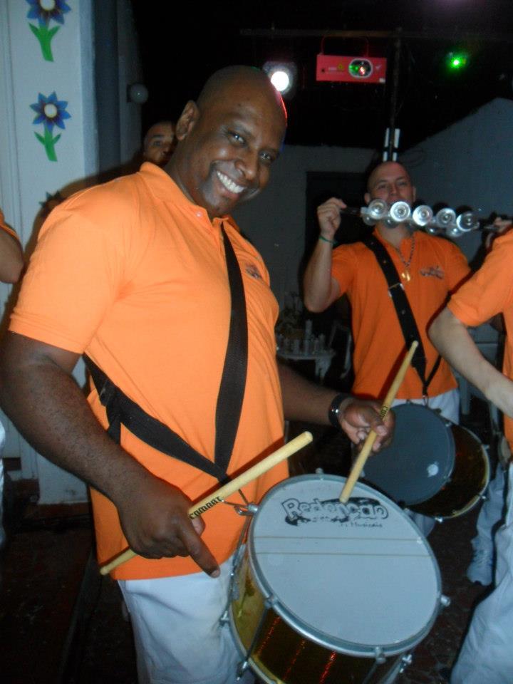 Jefferson Teixeira tocando um dos instrumentos de percussão.