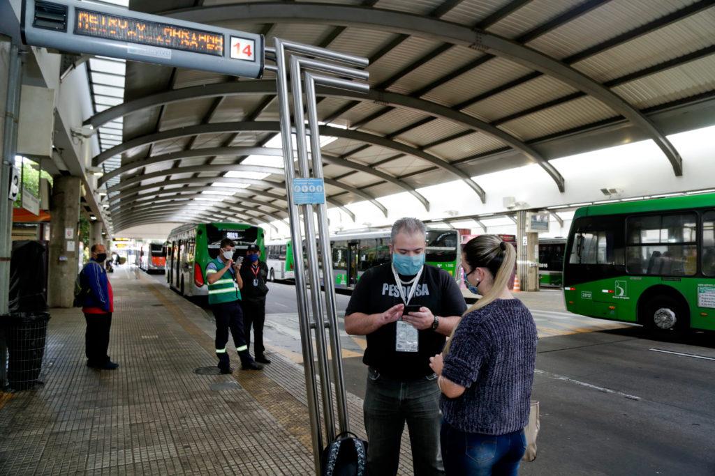 Pesquisador faz entrevista no Terminal Lapa. Foto: Jose Cordeiro/ SPTuris.